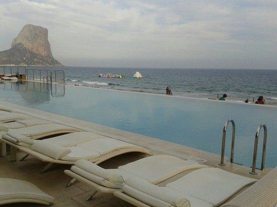 Gran Hotel Sol y Mar: Piscina con mar y Peñón de Ifach al fondo