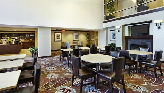 Homewood Suites Silver Spring: Complimentary Breakfast and Evening Dinner Area