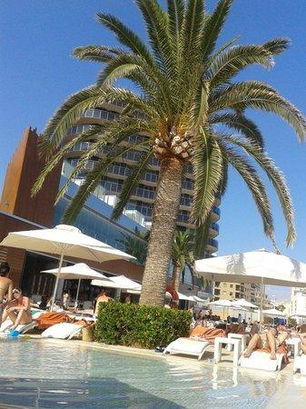 Gran Hotel Sol y Mar: Vista del hotel desde la piscina