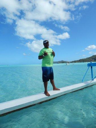 Bora Bora Lagoonarium: Uno de los guías, muy divertido