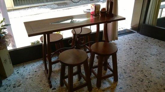 Elegante tavolino con sgabelli picture of bar pasticceria la