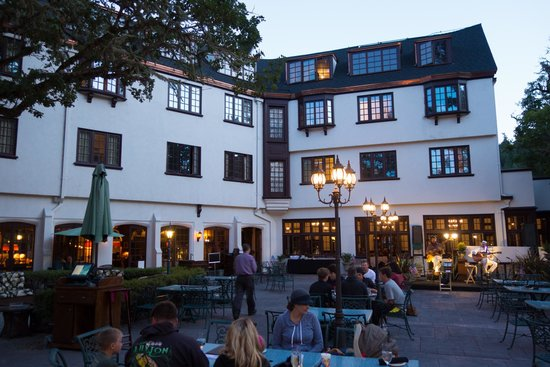 Benbow Historic Inn: the outdoor patio