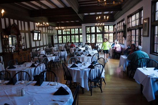 Benbow Historic Inn: the dining hall during breakfast