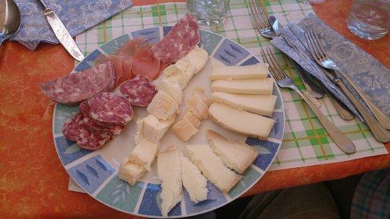Bar Nuova Italia Di Cometta Silvana : Piatto misto salumi e formaggi.