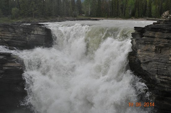 Athabasca Falls : Mighty flow as seen from the other side of the bridge
