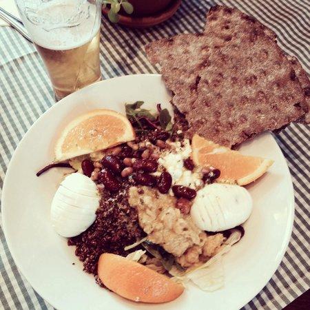 Bahnhof Cafe: Great, healthy snacks at the Bahnhof. Vegetarian options!
