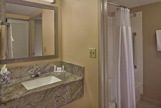 Courtyard Orlando East/UCF Area: Guest Bathroom