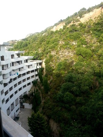 Olympic Palace Resort Hotel & Convention Center: Mountain View: вид на горы из окна в корридоре