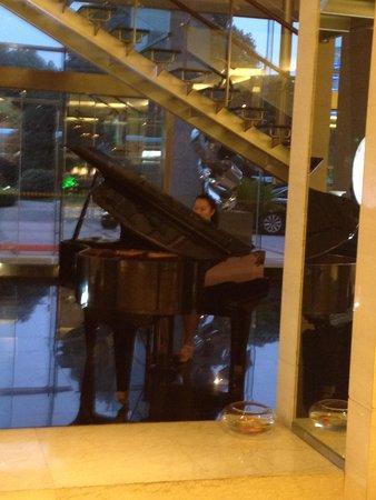 Jinling Jiangnan Hotel Changzhou : ロビーでは夕方女性がピアノを弾いていました