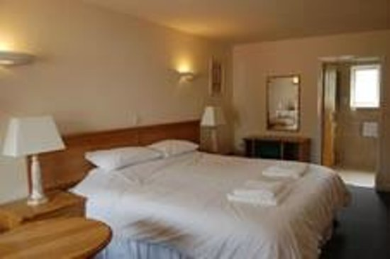 Square & Compass Inn: room