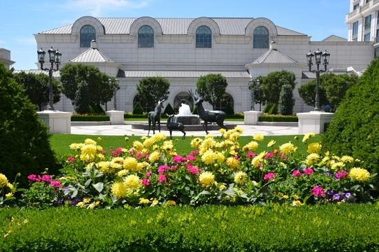 Grand America Hotel: The formal garden on the east side of the hotel