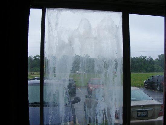 Super 8 East Hazel Crest: WINDOW IN OUR ROOM