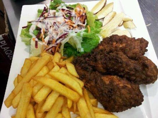 Cafe de la Paix : Servi en été au snack, poulet en panure épicé avec frites fraîche salade de carpaccio de cèpe.