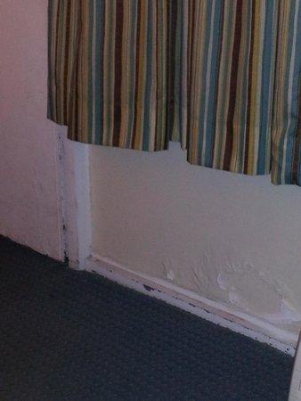 Quality Inn & Suites Georgetown : Paint peeling on wall