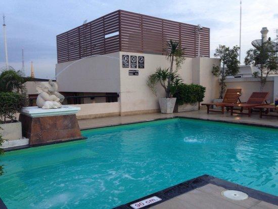 Rikka Inn: Piscine de l'hôtel sur le toit