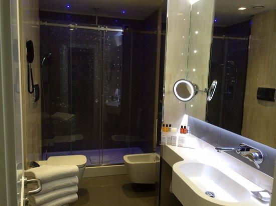 Hotel Artemide: Beautifly appointed bathroom