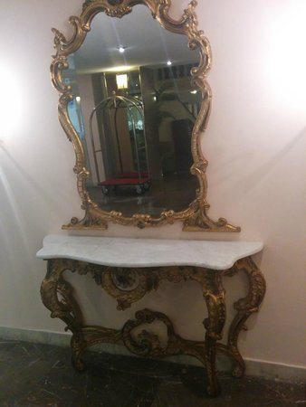 Corfu Palace Hotel: Antique decor