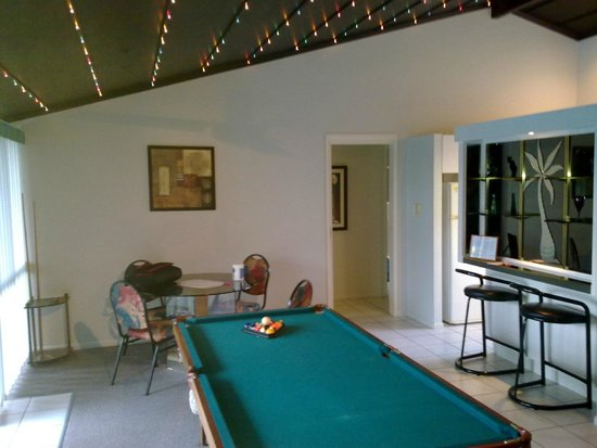 Bay Hideaway Resort: dining area and pool table that sits between the lounge and dining