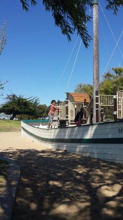 Shoreline Lake Boathouse & American Bistro: Mi hijo muy contento