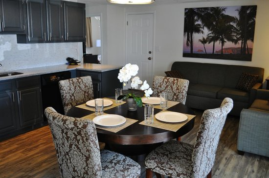 Lampliter Oceanside Resorts: Dining area of 2 Bedroom Apartment