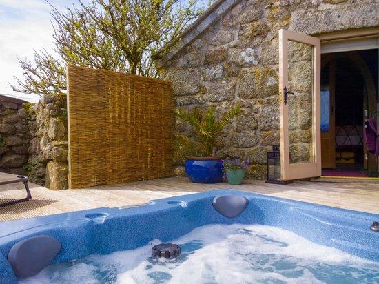 Kymaurah Cottages : The Dovecote hot tub