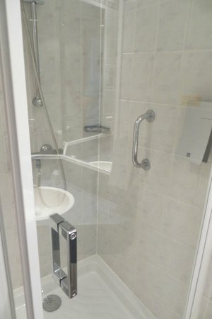 Holiday Inn Express Arras: Bath room (room 417)