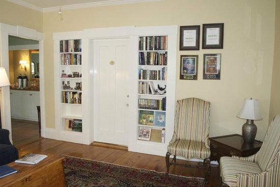 براس لانترن إن: Seating area and entry to room