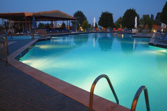 Grand Platon Hotel: Pool at night