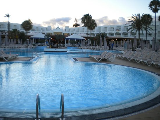 ClubHotel Riu Paraiso Lanzarote Resort : looking back at the hotel from beyond the pool