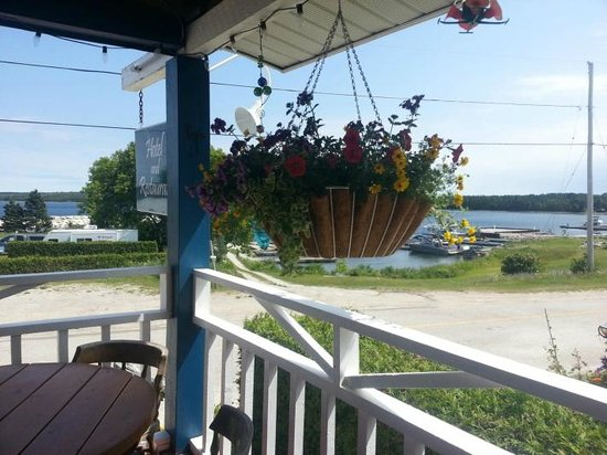 The Meldrum Bay Inn: Deck