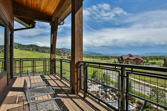 Trailhead Lodge: Balcony and View Example