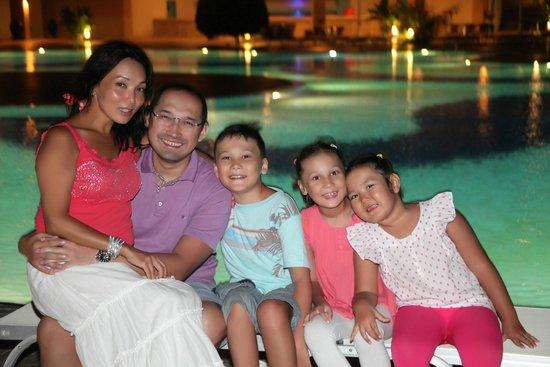 Hilton Bodrum Turkbuku Resort & Spa: Семейное фото возле бассейна