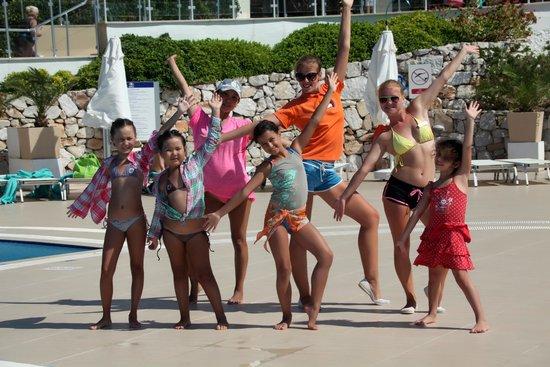 Hilton Bodrum Turkbuku Resort & Spa: Наши любимые Дарья и Диана учат нас танцевать