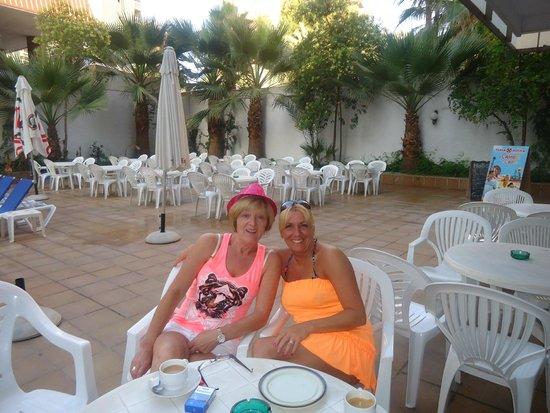 Hotel Perla: Breakfeast  at the pool