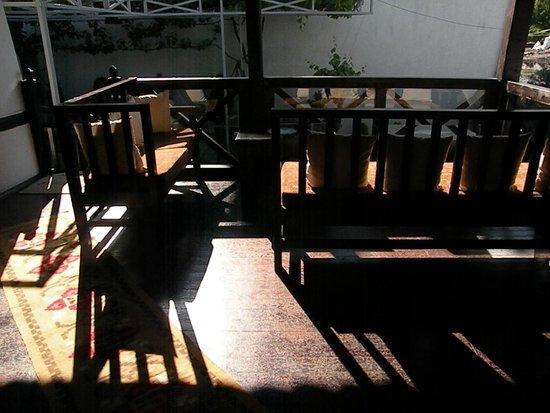 Guest House Bujtina Leon: salottino esterno al primo piano