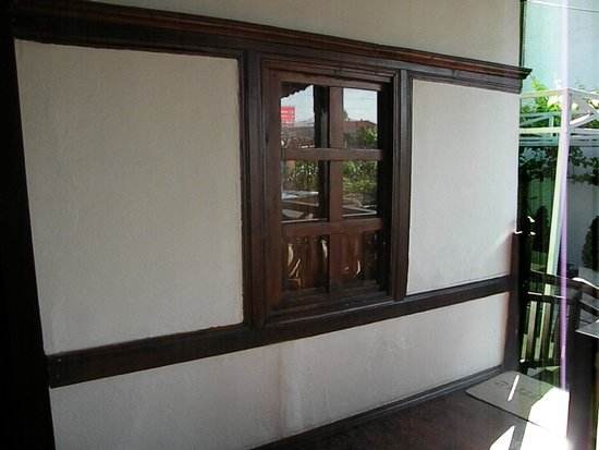Guest House Bujtina Leon: finestra stanza