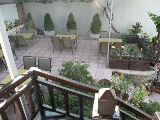 Guest House Bujtina Leon: cortile/giardino interno