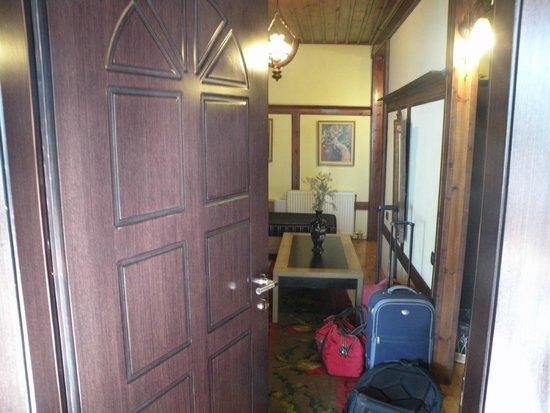 Guest House Bujtina Leon: ingresso stanza: salottino