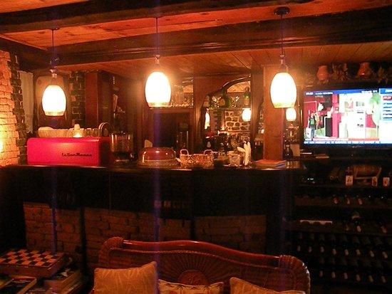 Guest House Bujtina Leon: zona bar