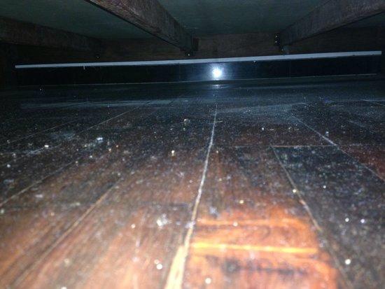 iHouse: Poussière sous le lit