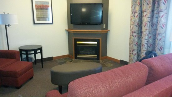 Best Western Rocky Mountain Lodge : big screen TV, fireplace, couch and chair