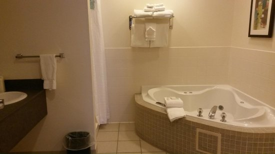 Best Western Rocky Mountain Lodge : jetted tub and bathroom area