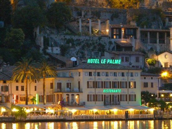 Hotel Le Palme: Hotel at Night