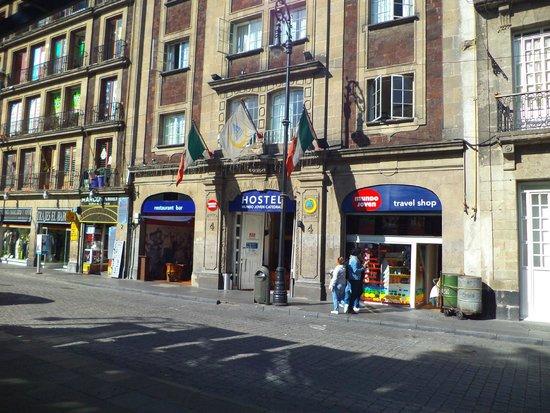 Hostel Mundo Joven Catedral: Vista desde la calle