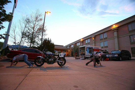 Quality Inn South : 駐車場を借りてレース準備してました。