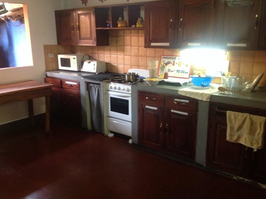 Hostal La Tortuga Booluda: Guest kitchen