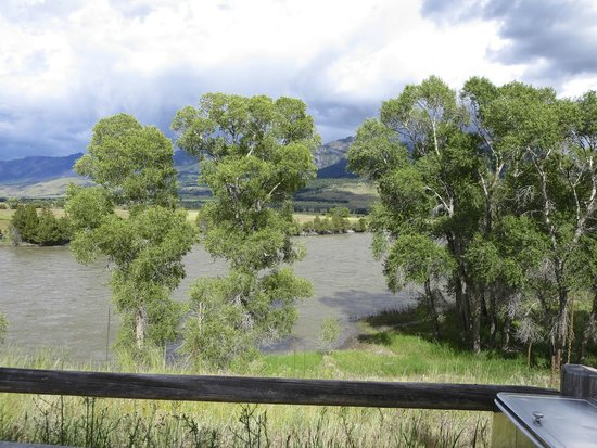 Yellowstone Valley Lodge : Yellowstone River