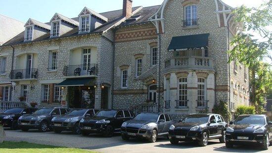 Logis LE PARC SOLOGNE : Nos véhicules posent devant l'hotel
