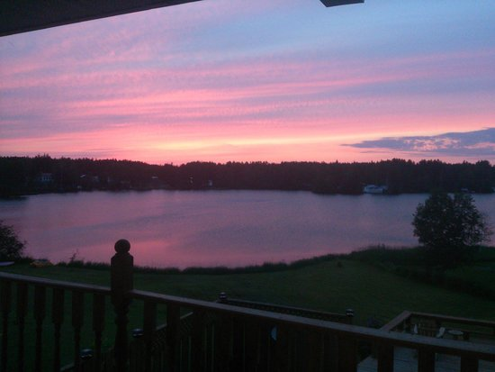 Aux Saveurs Du Lac : Vue au levé du soleil, depuis la terrasse