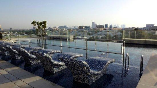 Le Meridien Dubai Hotel & Conference Centre: Piscine sur le toit